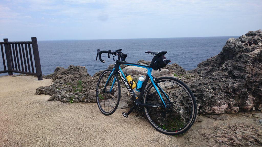 辺戸岬 遠くに鹿児島最南端の与論島が小さく