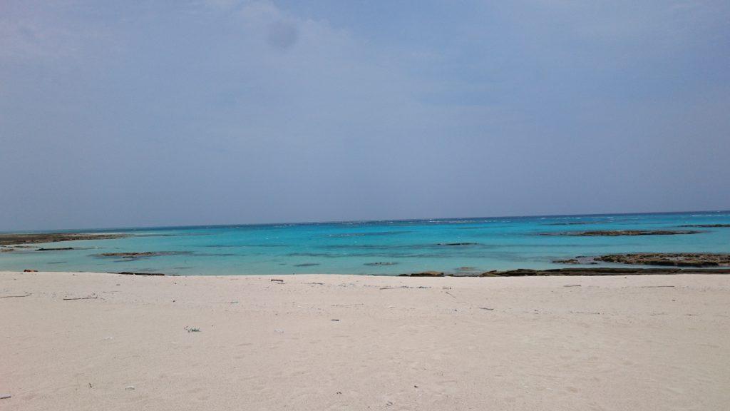 海はエメラルドグリーン