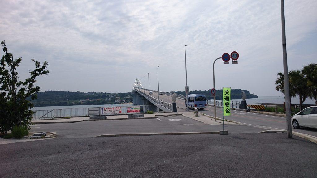 瀬底島へは海岸線の道から左へ橋を渡ります