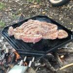 ユニフレームの鉄板「ユニ鉄」驚きのポテンシャル!焚き火で激ウマステーキを簡単に焼き上げ。